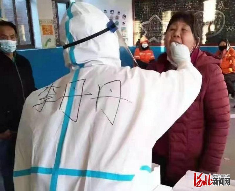 《【华宇平台网站】河北定州市人民医院医护人员在核酸检测点再次施救一人》