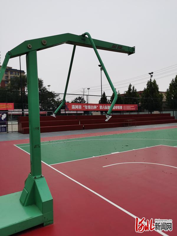 河北邢台清河一公园篮球场篮筐被卸下数月 教育局:避免人群聚集